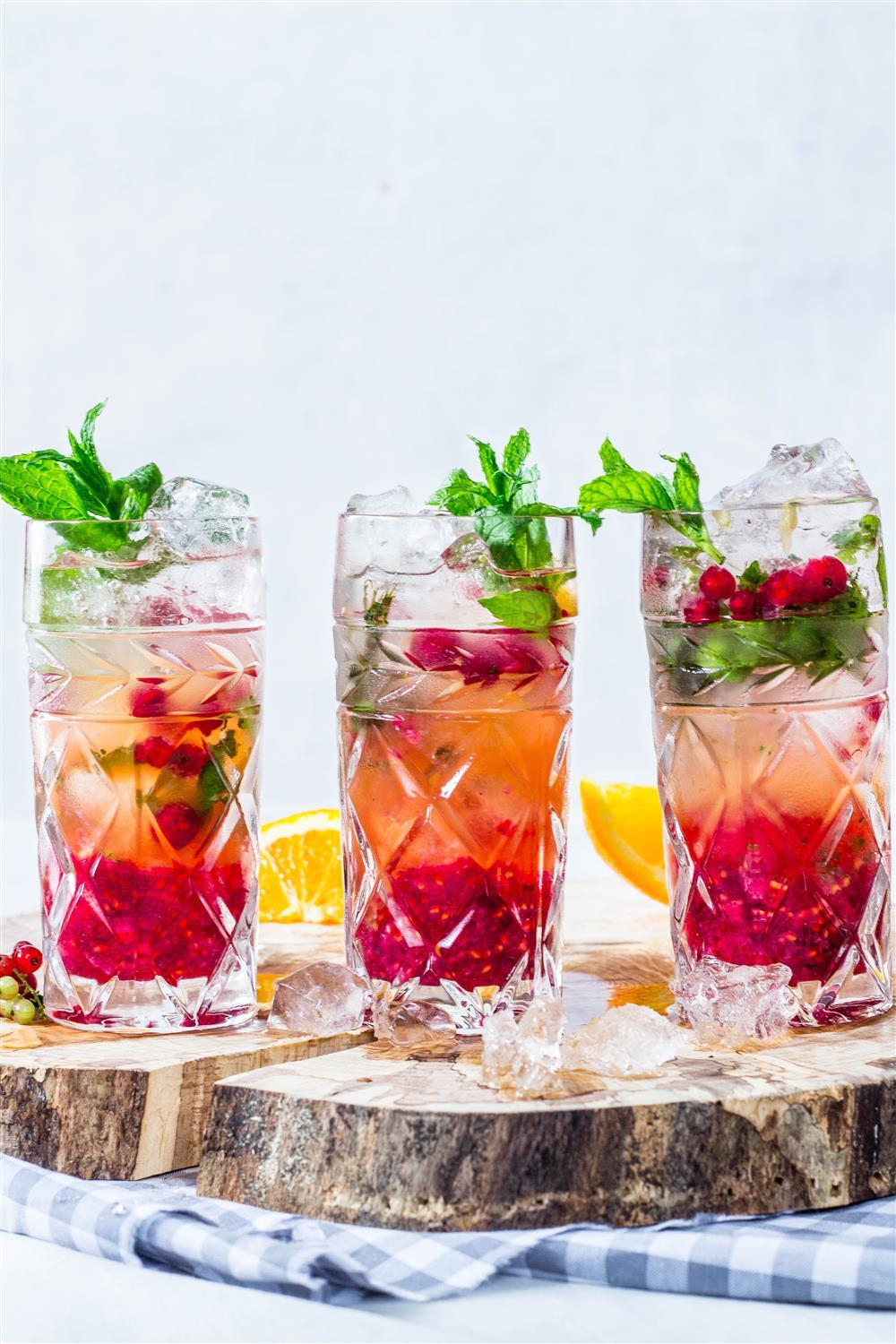 Perfectly refreshnig comfort summer drinks - red currant, orange and mint mojitos!