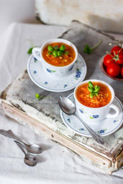 This easy lemony tomato gazpacho recipe will save the hot days, when you don't feel like cooking.
