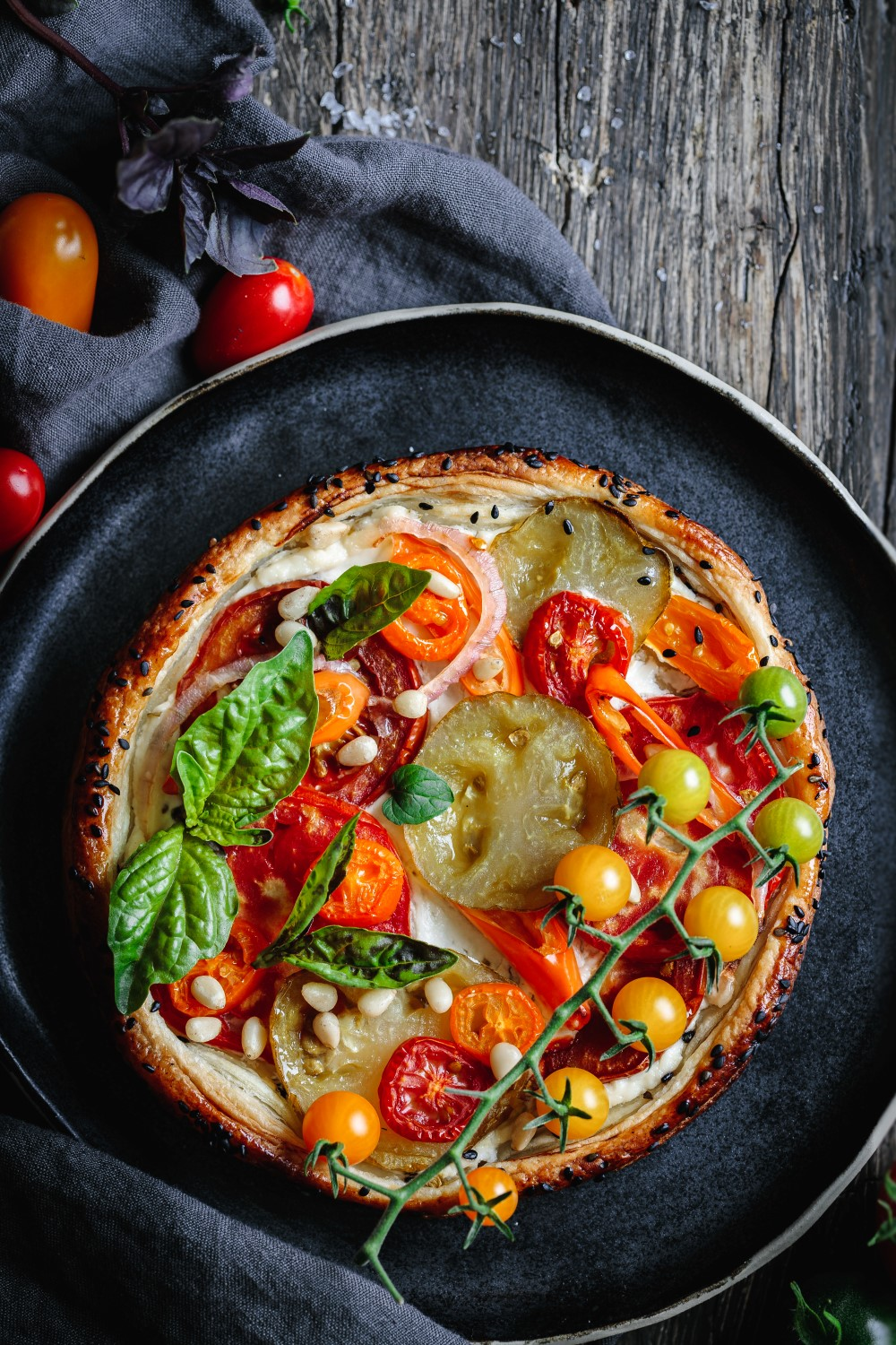 Pizza with fresh tomatoes for the article 5 best camera angles for food photography + which equipment to use by Anja Burgar