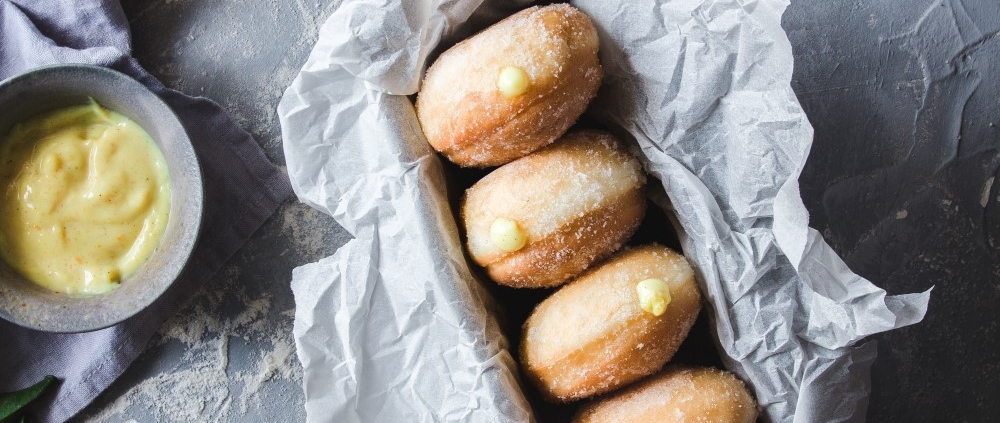 What better way to celebrate the Carnival season but with some fluffy and soft eggless doughnuts with orange cream.