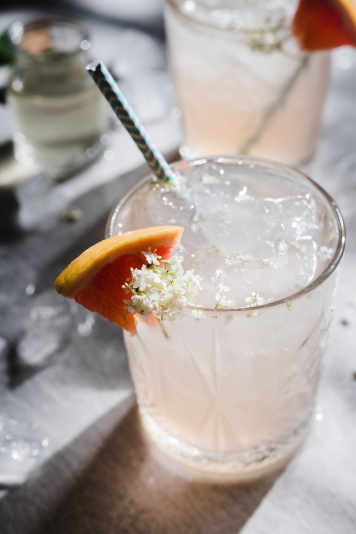 Relaxing in the summer heat with a cold grapefruit-elderflower mocktail can be one of the great pleasures in life. Flowery and citrusy - the best kind!
