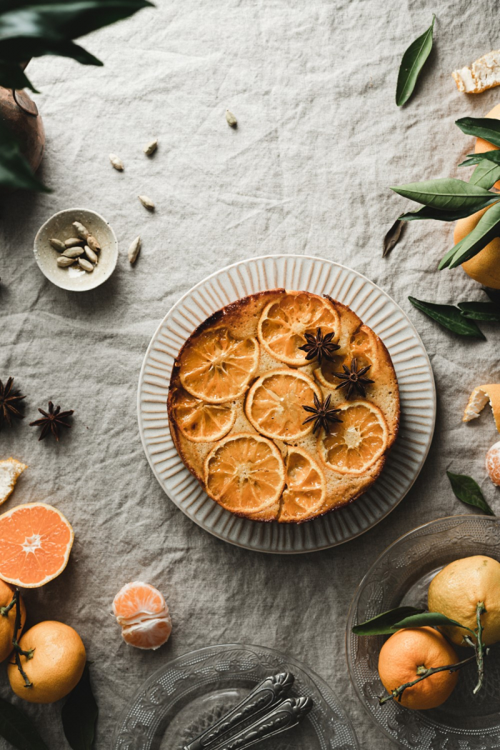 This mandarin upside-down cake with vanilla and cardamom will bring joy and coziness to these gloomy fall days. It's super simple to make!