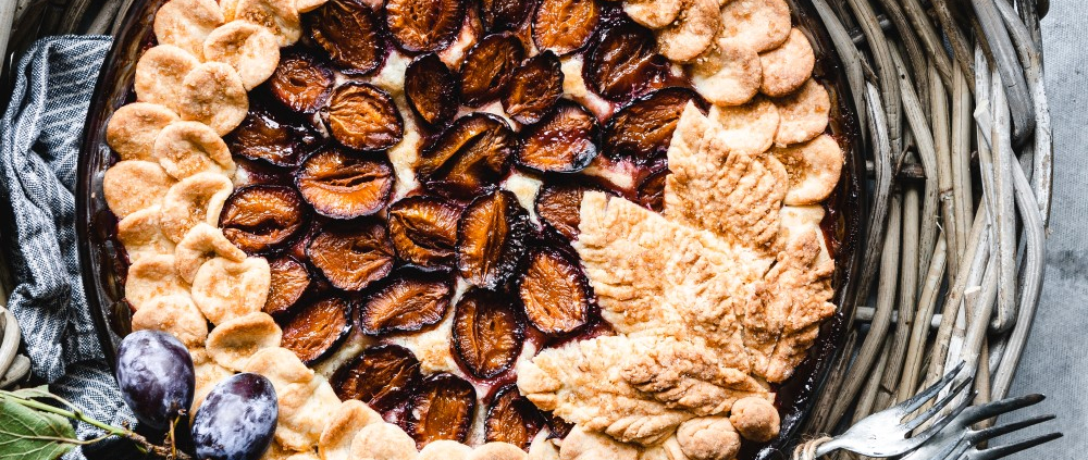 This delicious plum pie is made with fresh plums, a flaky pie pastry, and optional some spices for the cozy cooler days.